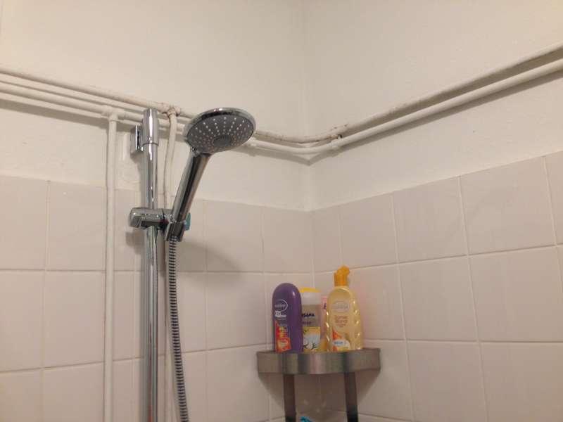 Invrezen leidingen badkamer en stucen van muur amsterdam