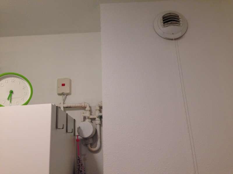 Invrezen leidingen badkamer en stucen van muur (Amsterdam)
